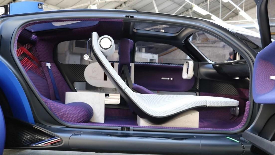 汽车座位上描述已自动生成