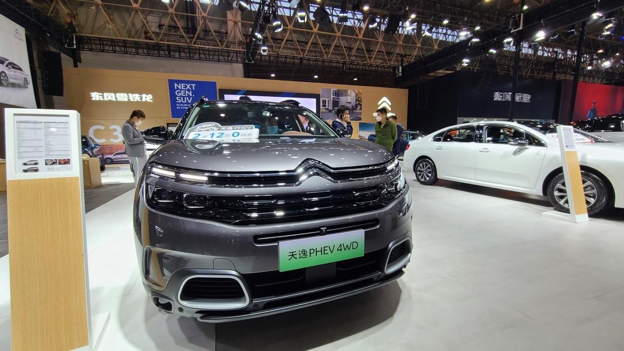 绿色的汽车描述已自动生成